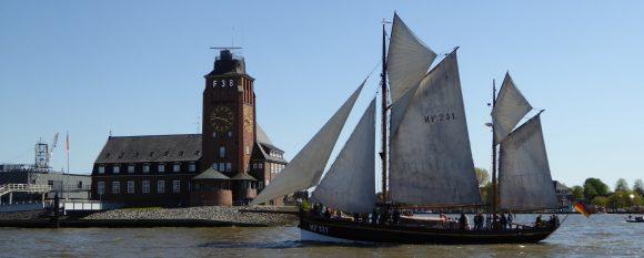 Segelschiff vor Lotzenturm im Hamburger Hafen
